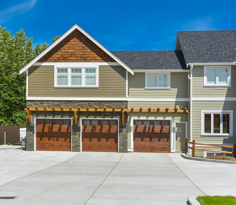 Beautiful House With Garages